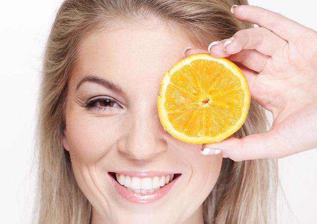 žena s pomerančem