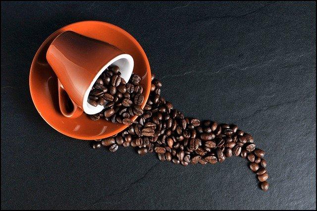 rozsypaná zrnka kávy