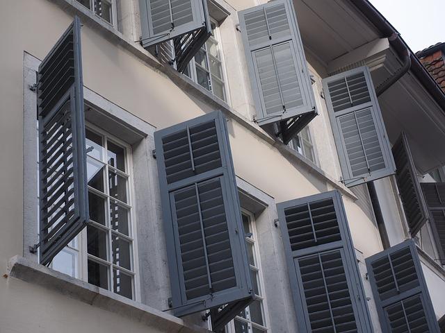 okenice na bytovém domě