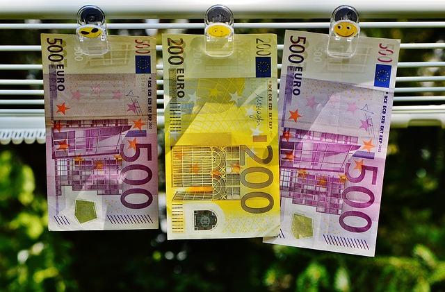 peníze na šnůře